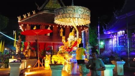 gravure : CHIANG MAI, THAILAND - MAY 4, 2019: Buddhist devotee at the ornate silver altar with Ganesha statue under the chatra umbrella, located in Silver Temple (Wat Sri Suphan), on May 4 in Chiang Mai Stockvideo