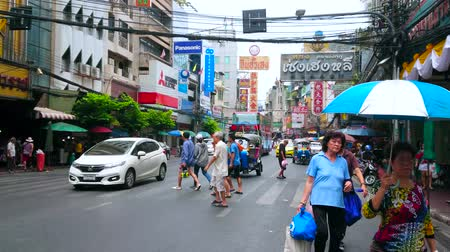 stragan : BANGKOK, THAILAND - MAY 12, 2019: Chaotic pedestrian movement and heavy traffic in Yaowarat road of Chinatown, lined with high rises, market stalls, cafes, stores and hotels, on May 12 in Bangkok
