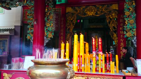 kolumna : BANGKOK, THAILAND - MAY 12, 2019: The burning candles and aroma sticks on the altar of Chinese Quan Yin (Guan Yin, Kuan Im) Temple of Thian Fa Foundation Hospital, on May 12 in Bangkok Wideo
