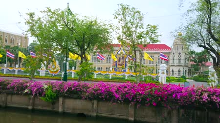 украшенный : BANGKOK, THAILAND - MAY 13, 2019: The view on Thai-Khu-Fah palace of Government House, decorated with flags, Royal emblem and portrait of King Rama X due to coronation ceremony, on May 13 in Bangkok