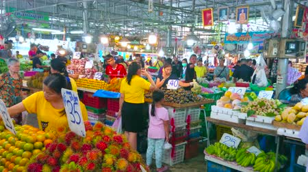 banan : BANGKOK, THAILAND - MAY 13, 2019: Heaps of fresh fruits (rambutan, mango, mangosteen, green bananas, pomelo, papaya, mandarin) in produce section of Talad Saphan Phut market, on May 13 in Bangkok
