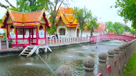 koronka : BANGKOK, THAILAND - MAY 13, 2019: Walk in Memorial park of Wat Benchamabophit Dusitvanaram Marble Temple with a view on fountain in khlong, Sala Nam pavilion and lace-like bridge, on May 13 in Bangkok