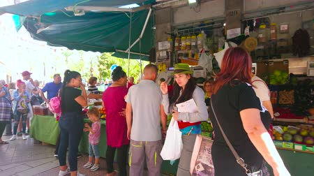 Андалусия : GRANADA, SPAIN - SEPTEMBER 27, 2019: The queue at the produce market stall on the corner of Plaza Pescaderia square; people choose fresh fruits and vegetables, on September 27 in Granada