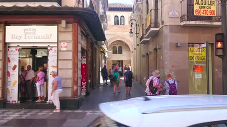 corral : GRANADA, SPAIN - SEPTEMBER 27, 2019: Busy traffic and crowd of tourists in Calle Reyes Catolicos street with a view on gate of medieval arab Corral del Carbon (Coal yard), on September 27 in Granada