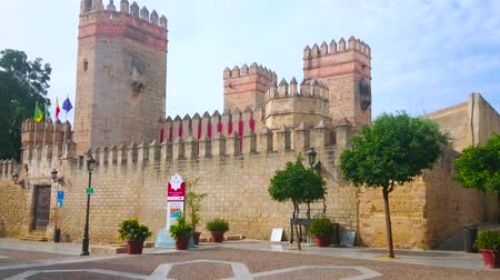 andalusie : EL PUERTO, SPAIN - SEPTEMBER 21, 2019: Panorama of Alfonso X square with medieval San Marcos castle, its huge defensive wall, towers, battlements and central gate, on September 21 in El Puerto