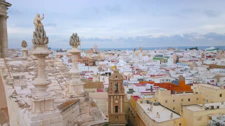 chiesa : CADIZ, SPAIN - SEPTEMBER 19, 2019: Aerial view of Santiago Apostol church, rising over the old town roofs, on September 19 in Cadiz