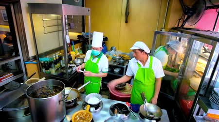 kaczka : BANGKOK, THAILAND - MAY 12, 2019: The work of kitchen of Chinese restaurant - cooks prepare different dishes of Chinese cuisine, Yaowarat road, Chinatown, on May 12 in Bangkok