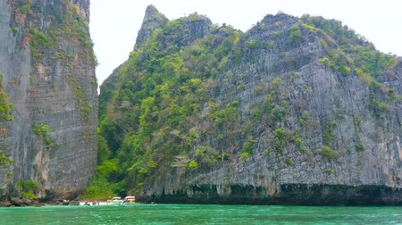 praia : Watch the inaccessible cliffs of Phi Phi Leh Island and tiny secret beach, surrounded by bright emerald waters of Andaman sea, Krabi, Thailand