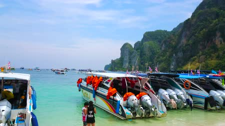 siamês : PHIPHI DON, THAILAND - APRIL 27, 2019: Panorama of Phi Phi Don Island, that is nice place to relax on the lovely beach and enjoy the tropical nature of Thailand, on April 27 in PhiPhi Don