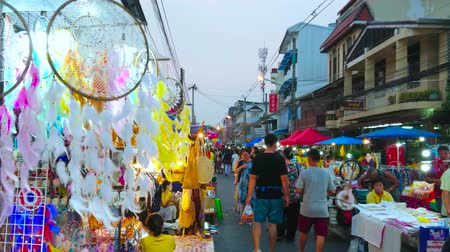 lederwaren : CHIANG MAI, THAILAND - 4 MEI 2019: De drukke Saturday Night Market in de wandelstraat van Wualai met hangende dromenvangers, versierd met haakwerk en veren op de voorgrond, op 4 mei in Chiang Mai