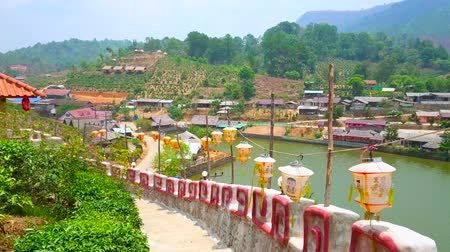 sudeste : BAN RAK THAI, THAILAND - MAY 6, 2019: Walk the fortress wall with hanging Chinese lanterns and observe Yunnan tea village around Mae Sa-Nga lake, on May 6 in Ban Rak Thai