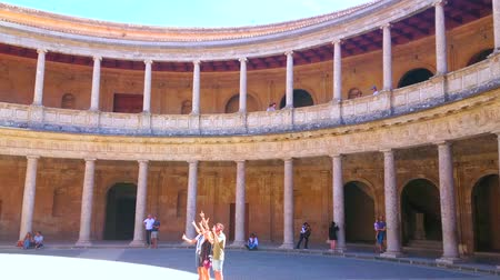 kolumna : GRANADA, SPAIN - SEPTEMBER 25, 2019: Panorama of Carlos V Palace of Alhambra with circular patio and two-story terrace with multiple stone pillars, on September 25 in Granada Wideo