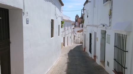 residencial : ARCOS, SPAIN - SEPTEMBER 23, 2019: The maze of the medieval curved streets of Pueblo Blanco (white town), lined with old living buildings, on September 23 in Arcos Stock Footage