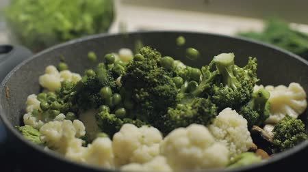 rabanete : Colorful pea slowly falls to the pan with broccoli and cauliflower