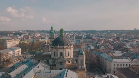 prag : Panorama of the ancient city. The roofs of old buildings. Ukraine Lviv City Council, Dominican Church, Town Hall, the tower. Streets Arial. Stok Video