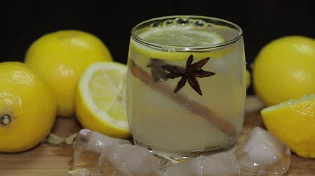 tonik : Add a slice of lemon to a cocktail. Slow motion
