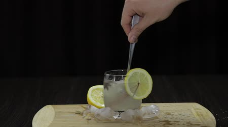 refresco : Mix with a spoon lemon cocktail. Refreshing alcoholic cocktail drink.