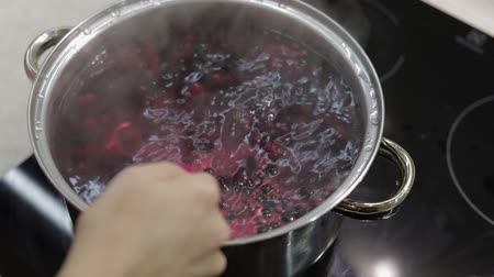 kompot : Stir the berries in pot with boiling water. Cooking compote. Kitchen.