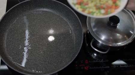 espargos : add frozen vegetables to a hot pan with oil. peas, corn, beans, asparagus, carrots Stock Footage