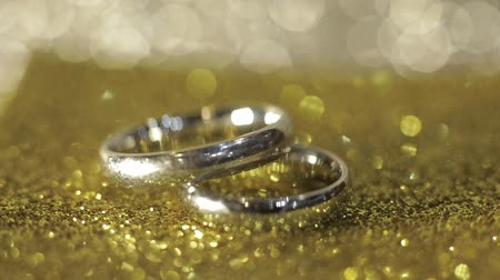 platina : Wedding silver rings lying on shiny glossy surface. Shining with light. Close-up, macro shot Vídeos
