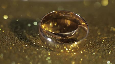 platina : Wedding gold rings lying on shiny glossy surface. Shining with light. Close-up, macro shot