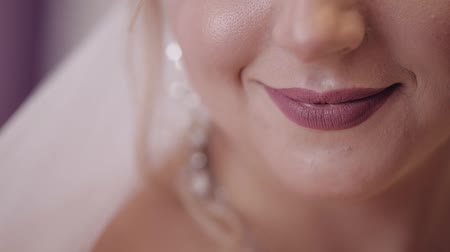 preparált : Beautiful and lovely bride. Pretty and well-groomed woman. Close up shot of brides lips. Wedding morning. Slow motion Stock mozgókép