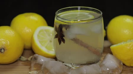 ginástico : Add a slice of lemon to a cocktail.