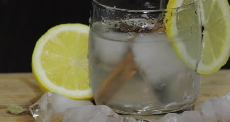 ginástico : Add spices to the lemon cocktail and chop with a spoon.