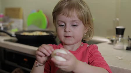 baby chicken : Closeup of a little girl cleans the shell with a boiled chicken egg. Stock Footage