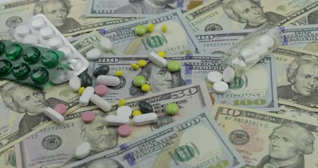 custo : Pills falling on dollar banknotes, expensive medication, pharmaceutical business. Investment in hospitals, high price treatment, medical consumerism. Drugs development and production, market financing