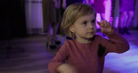balões : Little child dance in the patry. Feel happy, smiling. Girl having fun on disco. Stock Footage