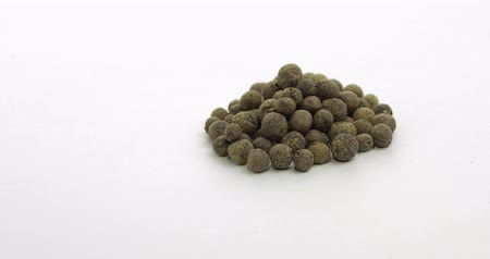 fűszerezés : Black pepper rotation footage video. Peas with spices. Herbal spice, aromatic seasoning for food preparation and cooking, macro shot against a white background Stock mozgókép