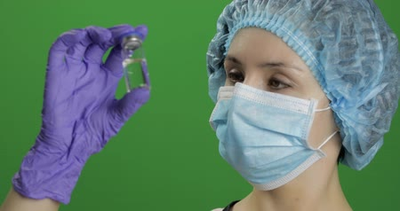 szczepionka : Female scientist holding ampoule in hand, new medication developing, vaccination. Concept of medicine and health improvement. Chroma key background. Green screen