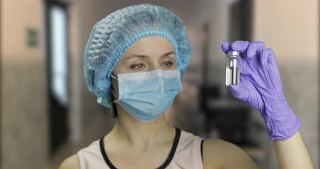 szczepionka : Female scientist holding ampoule in hand in hospital, new medication developing, vaccination. Concept of medicine and health improvement. Chroma key background. Green screen