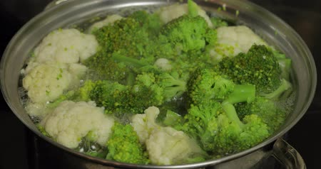 bezelye : Close up of cooking colorful broccoli and cauliflower in the pan with boiling water. Vegetarian food