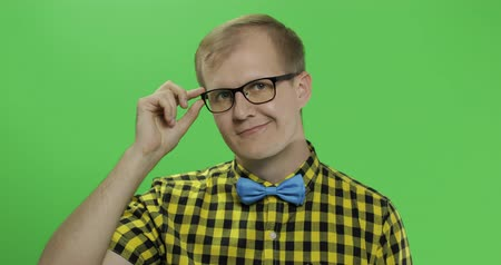 клетчатый : Caucasian fashionable man in glasses show thumbs up. Guy in yellow shirt. Chroma key Стоковые видеозаписи
