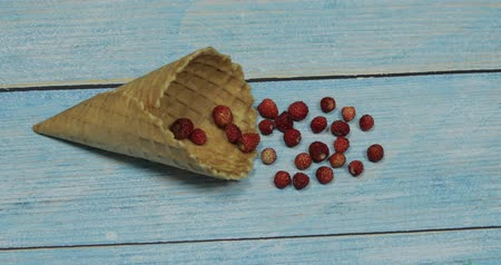 ウエハー : Berry season. Berry ice cream. Berries of strawberry in a waffle on a blue wooden background
