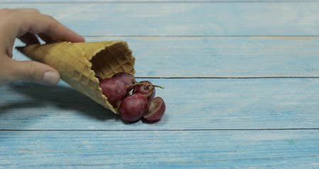 gofret : Berry season. Berry ice cream. Berries of grape in a waffle on a blue wooden background