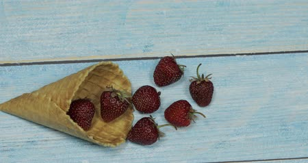 gofret : Berry season. Berry ice cream. Berries of strawberry in a waffle on a blue wooden background