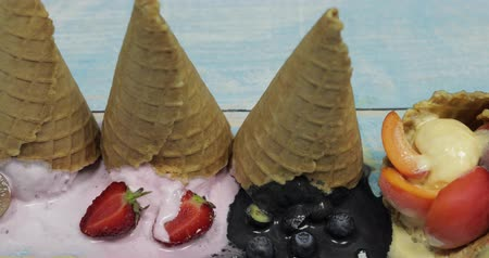édesség : Sweet melted ice cream balls on a wooden background. Dessert with different flavors and fresh berries and fruits. Ice cream in a waffle cone. Copy space