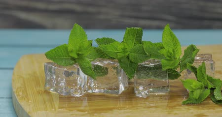 モヒート : Ice cubes and fresh mint leaves isolated on wooden cutting board