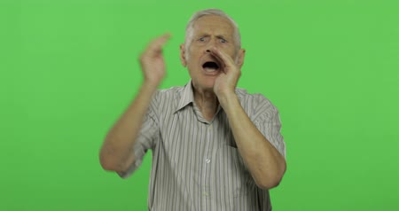 yedek : Senior man shout. Handsome old man on chroma key background. Positive elderly grandfather in grey shirt. Place for your logo or text. Chroma key. Green screen background Stok Video