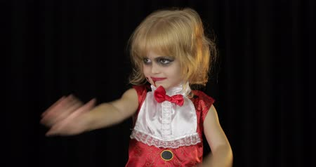 vampiro : Dracula child. Little girl with halloween make-up making faces. Vampire kid with blood on her face. Happy Halloween holiday horror concept. Friday 13th theme