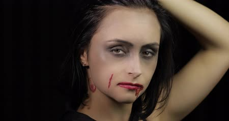 vampiro : Vampire Halloween woman portrait. Beauty sexy Vampire girl with dripping blood on her mouth. Vampire makeup. Fashion Art design. Attractive model girl in Halloween costume Stock Footage