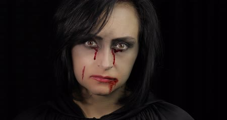 жестокий : Vampire Halloween woman portrait. Beauty sexy Vampire girl with dripping blood on her mouth. Vampire makeup. Fashion Art design. Attractive model girl in Halloween costume Стоковые видеозаписи