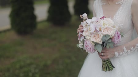 preparált : Wedding bouquet in the hands of the bride. Wedding day. Engagement. Pretty and well-groomed woman. Slow motion Stock mozgókép