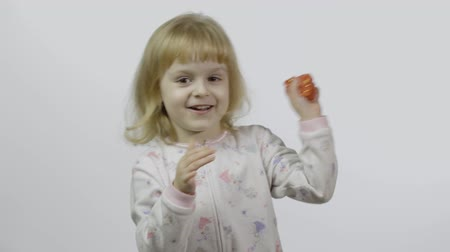 deha : Child having fun making ping slime. Kid playing with hand made toy slime. Funny kid girl. Relax and Satisfaction. Oddly satisfying pink slime for pure fun and stress relief. White background Stok Video