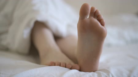 bonitinho : Movement of toes, attractive girl in bed Stock Footage