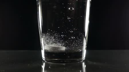 aspiryna : Effervescent tablet in water with bubbles