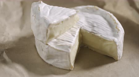 cálcio : Fresh Brie cheese and a slice